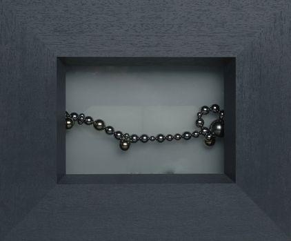 Arte por zinnkraut: 'Perlas en luz', esferas magnéticas con fondo de cristal opalino, doble iluminación, 28x25 cm, Zúrich 2005