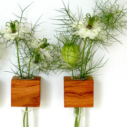 Pr�ctico florero magn�tico de madera